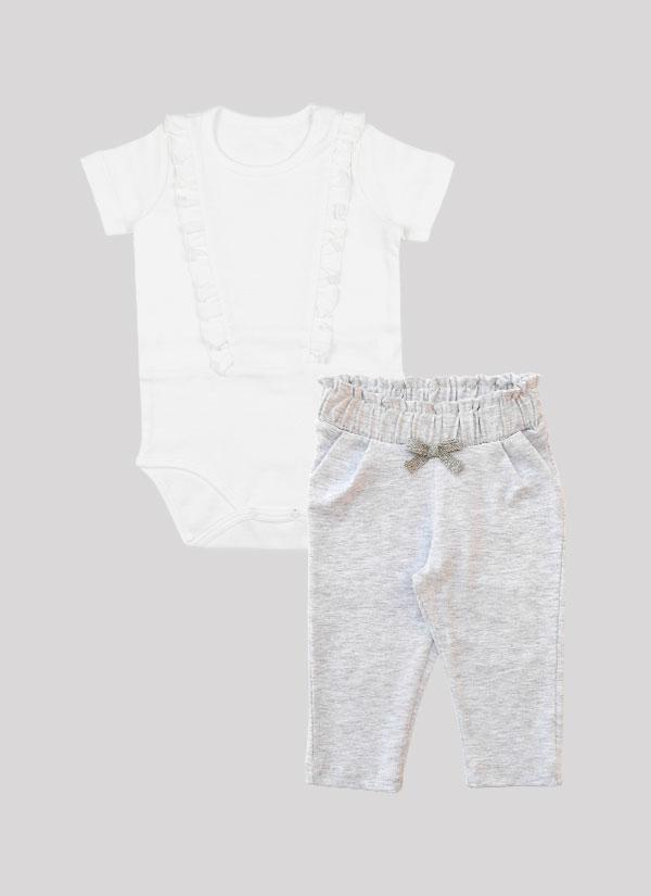 """К-т боди + панталон """"Бонбон"""" включва боди с дълъг ръкав и къдри в предната част и панталон с широк набран колан с панделка. Боди в бял цвят и панталон в цвят бял меланж. Момиченца 3 - 18 месеца, Zinc"""