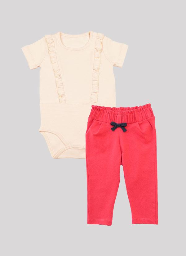 """К-т боди + панталон """"Бонбон"""" включва боди с дълъг ръкав и къдри в предната част и панталон с широк набран колан с панделка. Боди в бледа пудра и панталон в цвят малина. Момиченца 3 - 18 месеца, Zinc"""